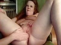 Alte Hausfrau in die Muschi gefistet