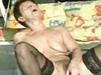 Alte Hausfrau befriedigt sich beim Dildofick