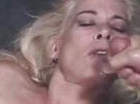 Reife Blondine wird anal gepimpert