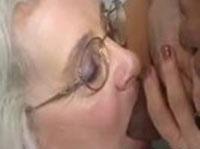 Geile Amateur Oma lutscht harten Pimmel