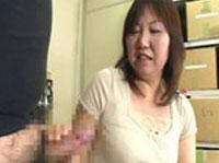 Reife Asiatin wichst ihrem Macker den Schwanz