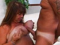 Fette Hausfrau wird hart gefickt
