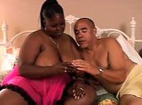 Dicke schwarze Mutti hat Sex