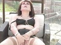 Versaute Hausfrau masturbiert