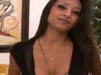 Reife Latina mit dicken Titten masturbiert