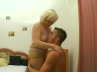 Blonde Oma fickt jungen Kerl