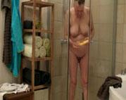 Voyeur filmt alte Oma nackt unter der Dusche