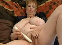 Super Fette Oma Masturbiert mit Dildo