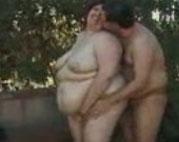 Fette Oma treibts nackt im Park