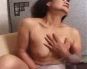 Asiatische Oma mit Dildo und Schwanz gefickt