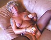 Tätowierte Oma zeigt uns ihre rasierte Fotze