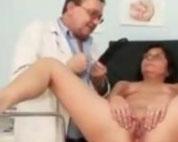 alte-fotze-beim-frauenarzt