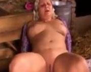 Fette Oma im Stall gefickt