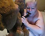 Oma fickt ihren Teddy