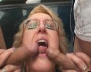 Die Oma steht auf Gruppensex im Freien