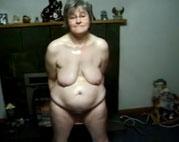 Schüchterne Oma masturbiert im Wohnzimmer