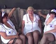Krankenschwestern in Rente fingern sich die Fotzen