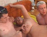 Oma will Sex mit zwei jungen knackigen Kerlen