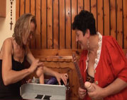 Oma testet neue Dildos
