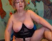 Omi zeigt ihre haarige Fotze vor der Webcam