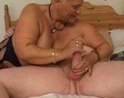 Dicke Grossmutter mags von hinten