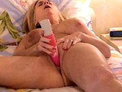 Oma fickt sich mit einem dicken Dildo