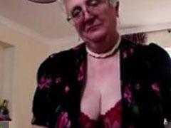 Feine alte Dame fickt sich mit einem Dildo