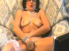 Alte Frau masturbiert solo vor der Webcam
