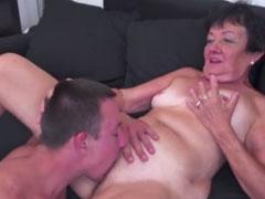Der Oma das Sperma auf die Fotze gewichst