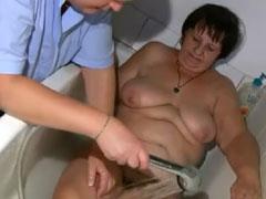 Altenpflegerin hat geilen Lesbensex mit Oma