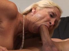 Blonde reife Frau ist bereit für einen harten Fick