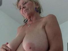 Oma macht einen auf jung und masturbiert für euch