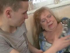 Oma von ihrem jungen Nachbarn gefickt