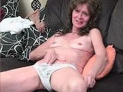 Hübsche Oma masturbiert für euch