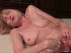 Schlanke Omi masturbiert für euch