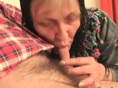 Oma zeigt einer jungen Schlampe wie man Schwänze bläst