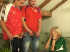 Oma von ihren jungen Freunden gefickt