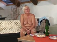 Oma will Sex und überredet einen jungen Mann