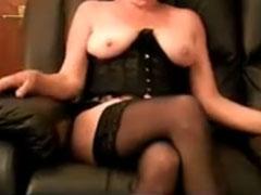 Oma sitzt vor der Webcam und zeigt Titten