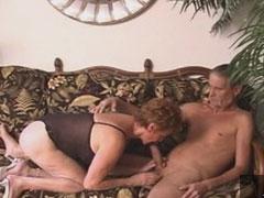 Opa fickt seine Oma auf der Couch durch