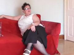 Fette Oma geniesst einen jungen, dicken Schwanz
