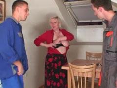 Oma zahlt ihre Schulden mit Sex
