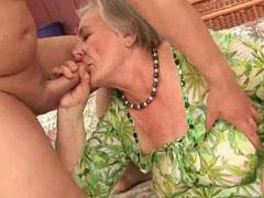 Fette Oma ist ziemlich feucht zwischen den Beinen