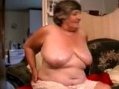 Fette uralte Frau masturbiert mit einem Dildo