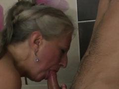 Junger Mann fickt Oma in der Badewanne