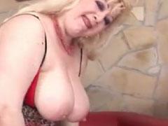 Fette alte Pornodarstellerin fickt sich mit Dildos