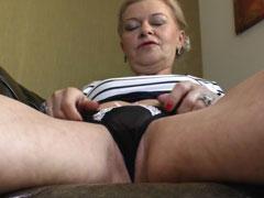 Holländische Oma masturbiert für euch