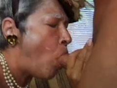 Verrückte Oma will ihre haarige Muschi gedehnt bekommen