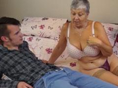 Brave Oma will im Bett wild gefickt werden
