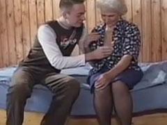 Die Oma will unbedingt gefickt werden